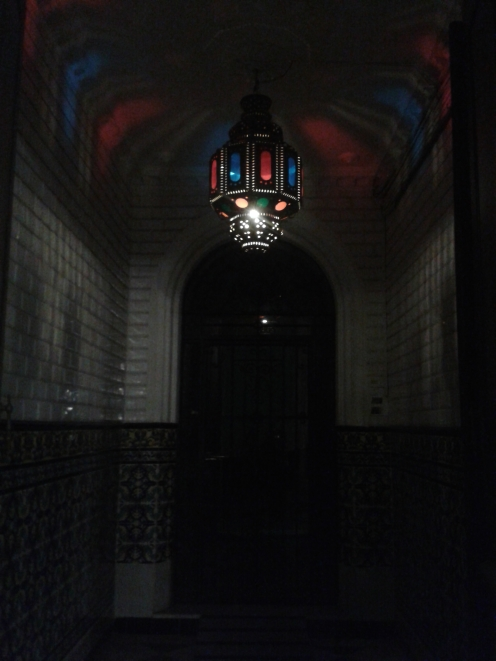 ein Hauseingang bei Nacht