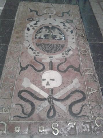 In der Kathedrale wimmelt es von Totenköpfen
